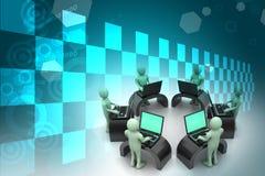 Équipe d'affaires regardant un ordinateur portable Photographie stock libre de droits