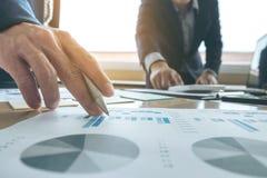 Équipe d'affaires rencontrant le présent idée de présentation de secrétaire nouveaux et rapport de fabrication à l'investisseur p