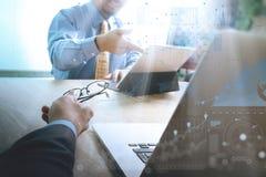 Équipe d'affaires rencontrant le présent travailler d'investisseur professionnel nouveau Image libre de droits