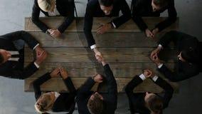 Équipe d'affaires s'asseyant à la table