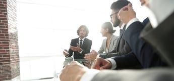 équipe d'affaires s'asseyant dans la salle de conférence Image libre de droits