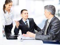 Équipe d'affaires s'asseyant dans le bureau et le travail de planification Photo stock
