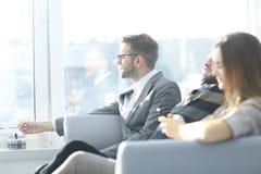Équipe d'affaires s'asseyant sur le divan pendant la pause image stock