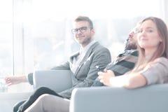 Équipe d'affaires s'asseyant sur le divan pendant la pause images libres de droits