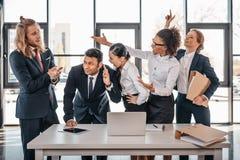 Équipe d'affaires se disputant dans le bureau, faisant un brainstorm le concept d'équipe Photo libre de droits