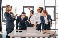 Équipe d'affaires se disputant dans le bureau, faisant un brainstorm le concept d'équipe Photographie stock