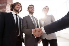 Équipe d'affaires souhaitant la bienvenue à ses investisseurs images stock