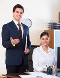 Équipe d'affaires souriant dans le bureau images libres de droits