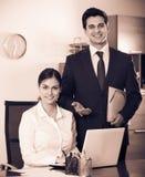 Équipe d'affaires souriant dans le bureau images stock