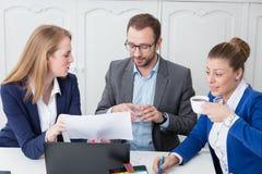Équipe d'affaires sur une réunion de séance de réflexion dans la salle de conférence photographie stock
