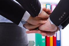 Équipe d'affaires tenant des mains ensemble au bureau Foyer sélectif et macro photos stock