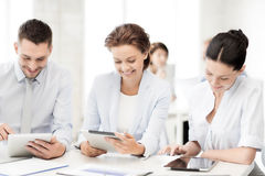 Équipe d'affaires travaillant avec des PCs de comprimé dans le bureau Images stock