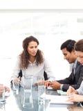 Équipe d'affaires travaillant ensemble autour d'une table Images stock