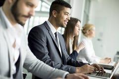 Équipe d'affaires travaillant ensemble pour réaliser de meilleurs résultats image libre de droits