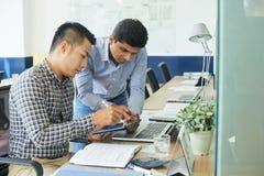 Équipe d'affaires travaillant sur la conception de site Web photos stock