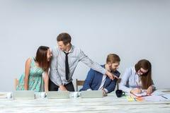 Équipe d'affaires travaillant sur leur projet d'affaires ensemble au bureau Images stock