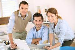 Équipe d'affaires utilisant l'ordinateur et le comprimé photos libres de droits