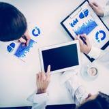 Équipe d'affaires utilisant le comprimé numérique, fonctionnant avec le programme financier du développement du ` s de société photos libres de droits