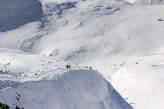 Équipe d'alpinistes allant vers le sommet avec la neige et le vent Image stock