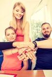 Équipe d'amis montrant l'unité avec leurs mains ensemble Image libre de droits