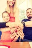 Équipe d'amis montrant l'unité avec leurs mains ensemble Photo stock