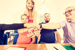 Équipe d'amis montrant l'unité avec leurs mains ensemble Photographie stock libre de droits