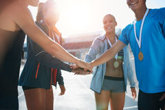 Équipe d'athlétisme célébrant la victoire Image libre de droits