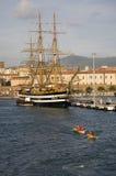 Équipe d'aviron devant le tallship d'Amerigo Vespucci en Genoa Harbor, Italie, l'Europe Photos stock