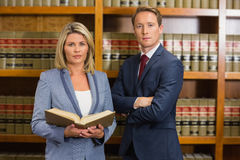 Équipe d'avocats à la bibliothèque juridique photographie stock