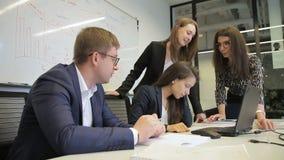 Équipe d'employés parlant au bureau avec l'ordinateur portable à la société banque de vidéos