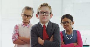 Équipe d'enfants feignant pour être cadres 4K 4k clips vidéos