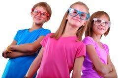 Équipe d'enfants heureux utilisant des lunettes d'isolement au-dessus du blanc Photo libre de droits