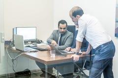 Équipe d'entreprise constituée en société travaillant dans le bureau moderne Images stock
