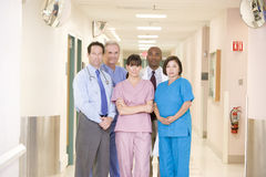 Équipe d'hôpital restant dans un couloir Images stock