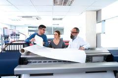 Équipe d'impression à l'imprimante de traceur d'industrie image libre de droits