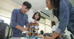 Équipe d'ingénieur électronicien travaillant ensemble, collaborant sur un projet pour construire le robot