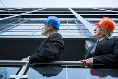 Équipe d'ingénieur observant au-dessus du chantier photo stock