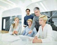 Équipe dans le bureau avec la tablette Image libre de droits