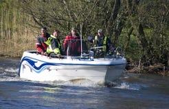 Équipe dans le canot automobile de pêche   Photographie stock
