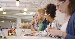 Équipe dans le fonctionnement contemporain de bureau banque de vidéos