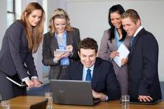 Équipe de 5 gens d'affaires au cours du contact Images libres de droits