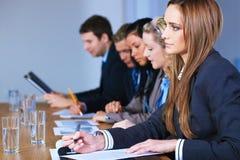 Équipe de 5 gens d'affaires s'asseyant à la table Photos stock