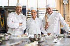 Équipe de boulangers préparant la pâte images libres de droits