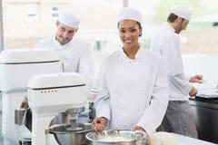 Équipe de boulangers travaillant au compteur ensemble image libre de droits