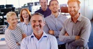 Équipe de cadre commercial se tenant avec des bras croisés banque de vidéos