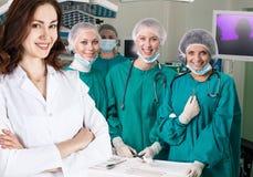 Équipe de chirurgie dans la salle d'opération photos libres de droits