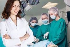 Équipe de chirurgie dans la salle d'opération photo stock