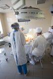 Équipe de chirurgiens au travail Images libres de droits