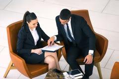 Équipe de collègue, homme d'affaires et séance de femme d'affaires Photos stock