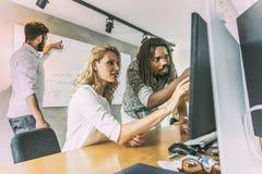 Équipe de concepteur discutant de nouvelles idées Images stock
